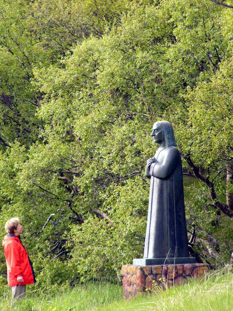 Vilborg vor Statue von Bischof Guðmundur Arason in HólarHólar 08.06.2004